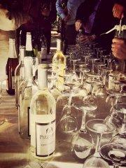 przygotowany stół do wina